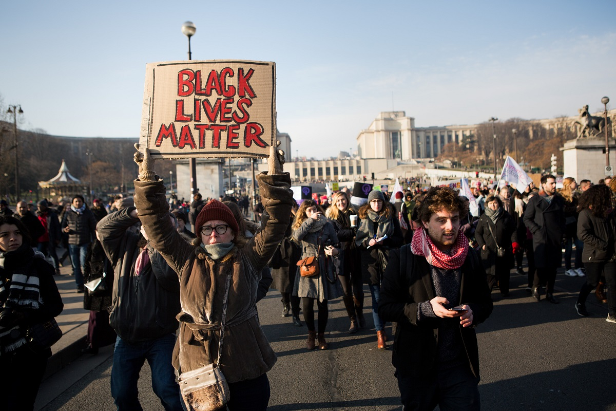 "Plus qu'une manifestation féministe, on pouvait trouver des pancartes en soutien au mouvement ""Black Lives Matter"", ce 21 janvier 2017, à la Women's March de Paris. Crédit photo : David Sultan"
